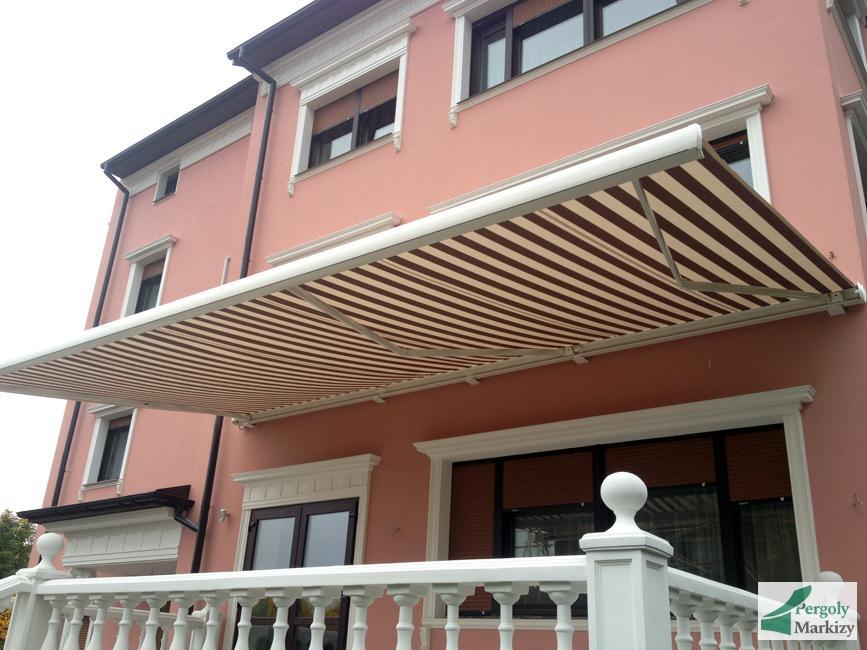 Вертикальная маркиза MHZ LOGGIA над крыльцом дома