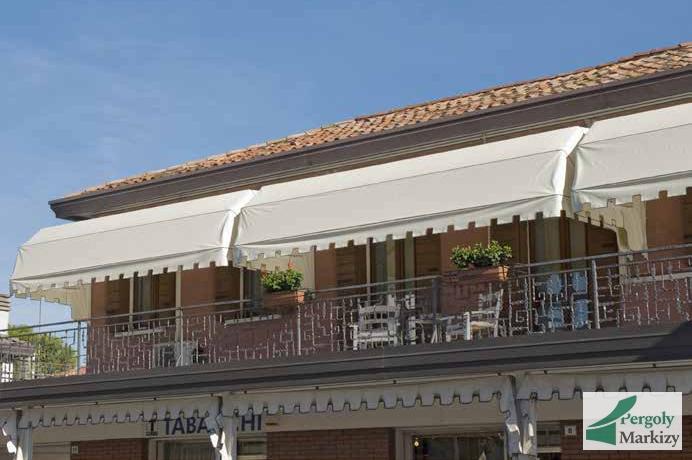 Маркиза bat genny над балконом