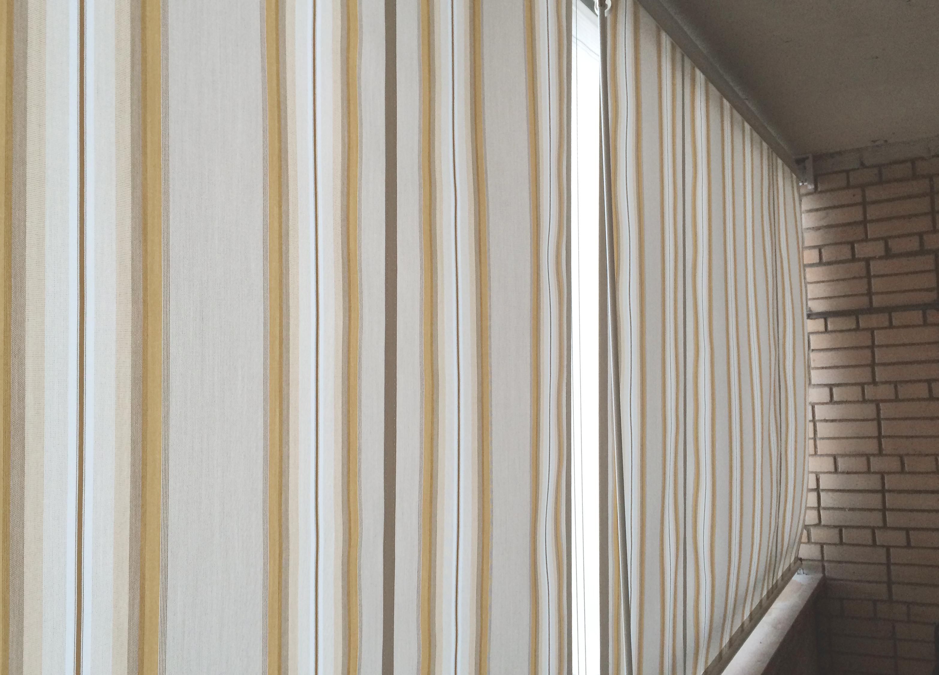 Вертикальная маркиза на балконе