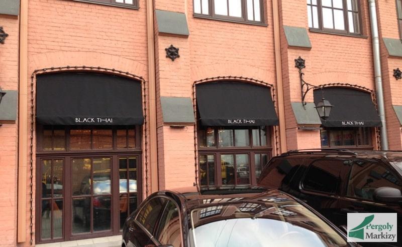 маркизы на стене ресторана