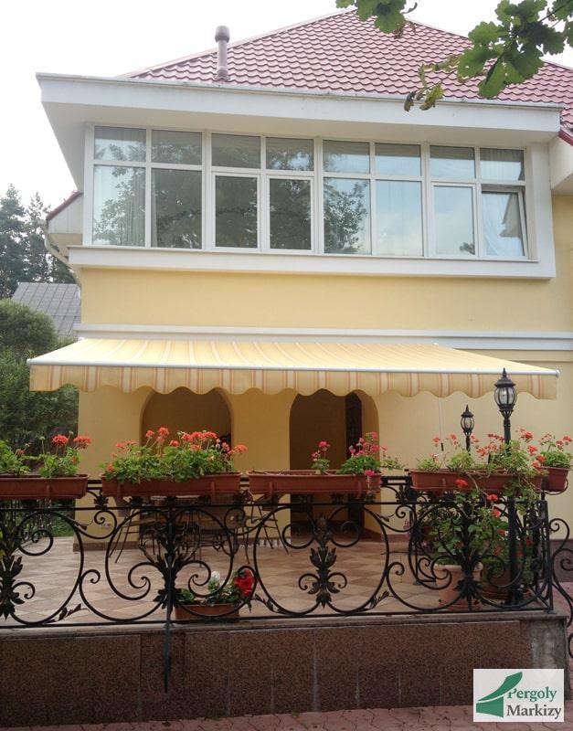 Маркиза Classic MHZ над верандой загородного дома