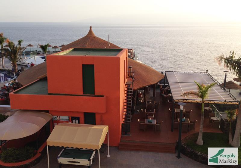 Пергола над летним кафе на морском берегу
