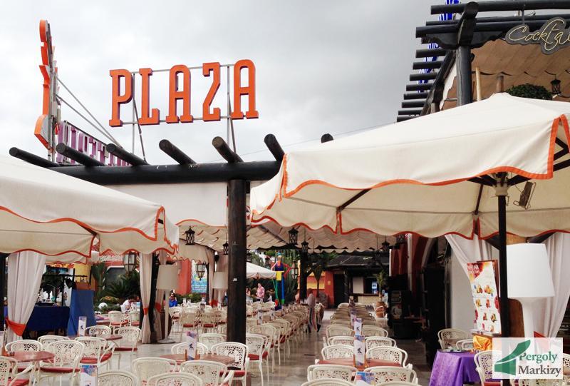 Деревянная пергола на летней площадке кафе (Испания)